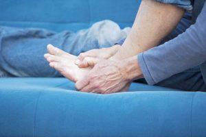 Резкая и острая боль - признак вывиха стопы