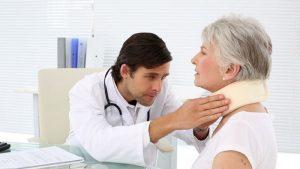 Врач применяет метод пальпации при травме шеи