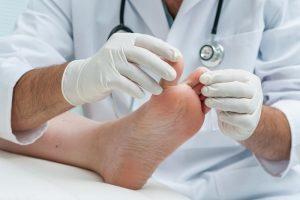Пальпация травмированного участка врачом