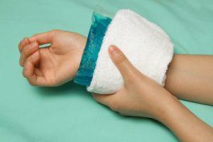 Для обезболивания и снятия отека используют холод