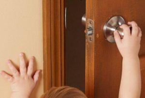 У детей перелом мизинца на руке может произойти при попадании в дверной проемУ детей перелом мизинца на руке может произойти при попадании в дверной проем