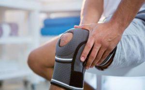 Если перелома нет и мениск в порядке врач может назначить эластичный наколенник