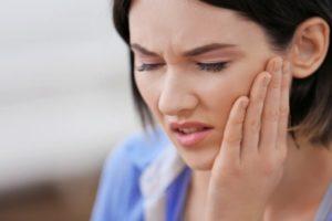 Боль и ограниченность движений - признаки выбитой челюсти