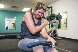 Причинами боли в плечевом суставе могут выступать регулярные перегрузки