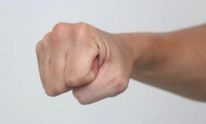 Что нужно делать если выбил костяшку на кулаке