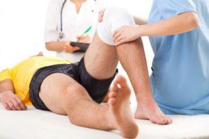 Врач-травматолог проводит диагностику и лечение травмы